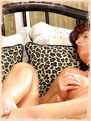 Leggy MILF Nikki shows off
